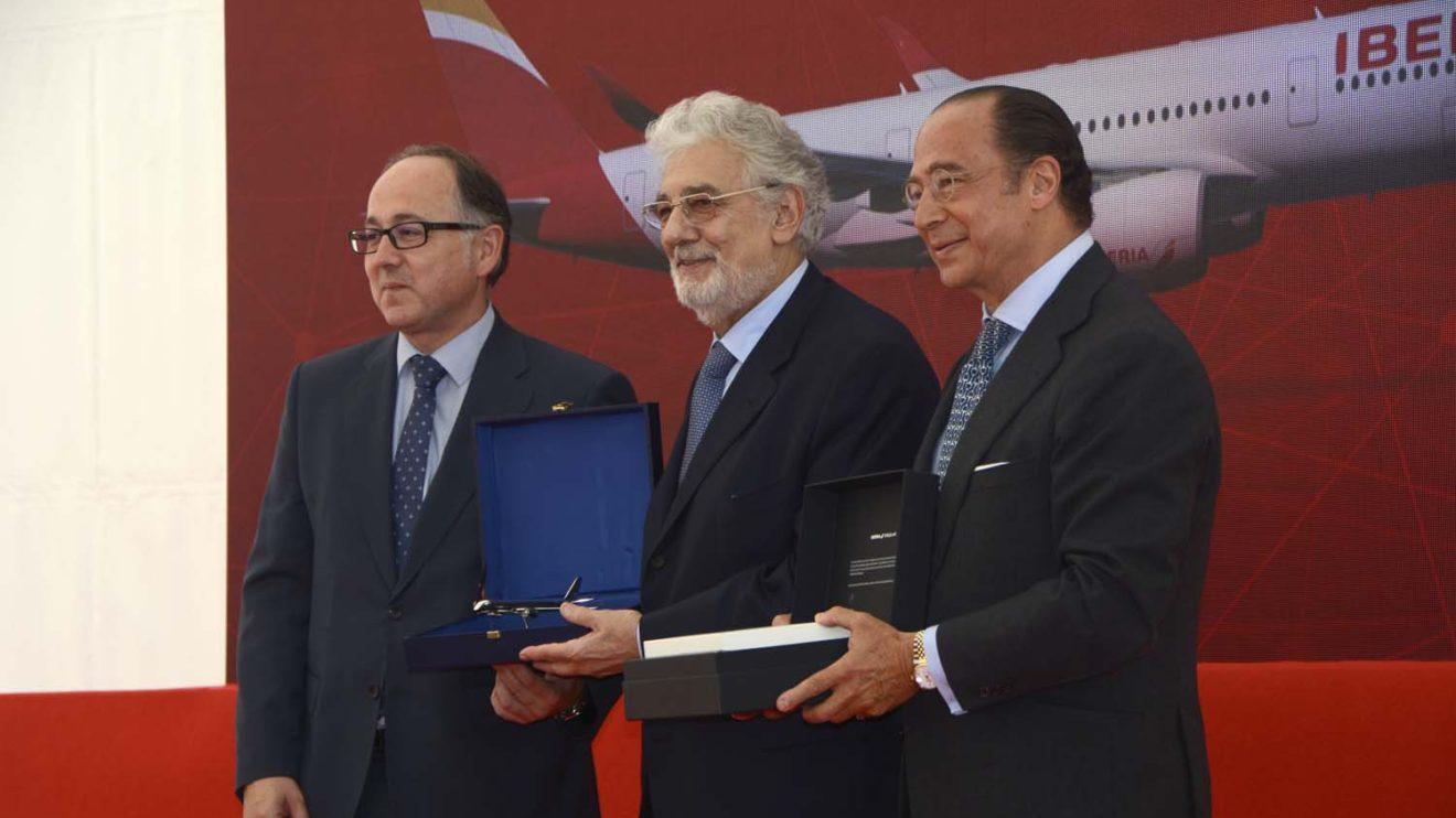 Luis Gallego y Manuel Vñazquez entregaron a Plácido Domingo un modelo del A350 en plata y la tarjeta Infinity de Iberia.