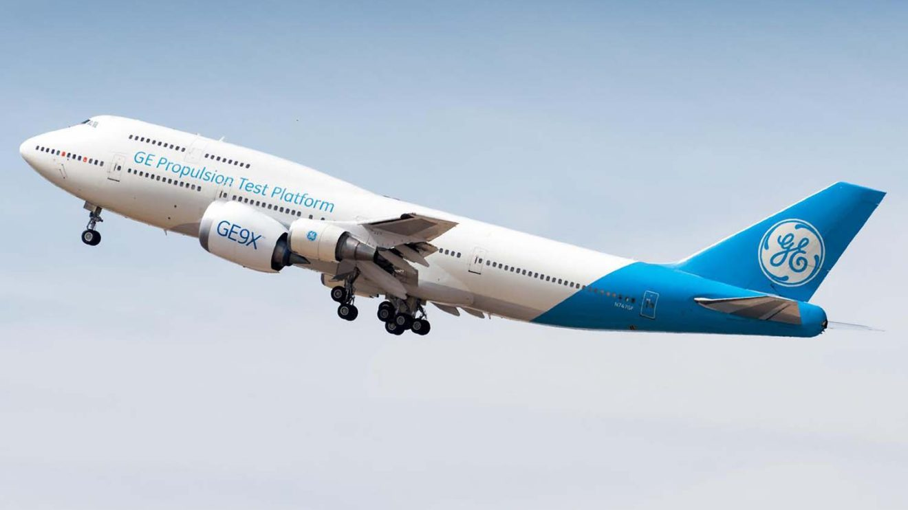 El Boeing 747 que General Elecrric usa como banco de ensayos con un GE9X instalado en la posicón 2.