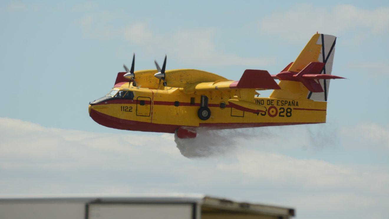 El Canadair CL-215T haciendo lo que mejor sabe: bombardear con agua.