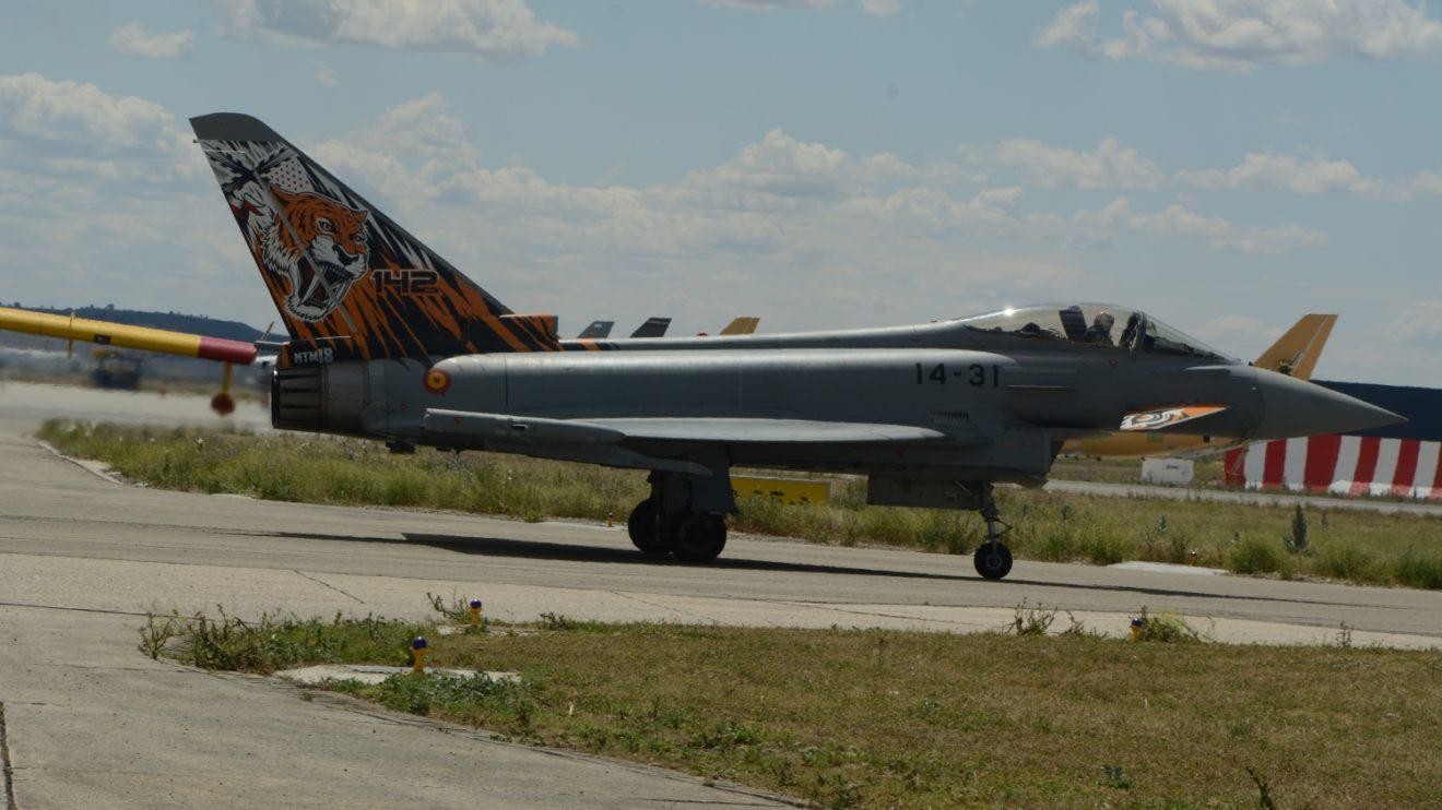 El Eurofighter rodando para despegar para su exhibición a escasos metros de las instalaciones donde fue construido.