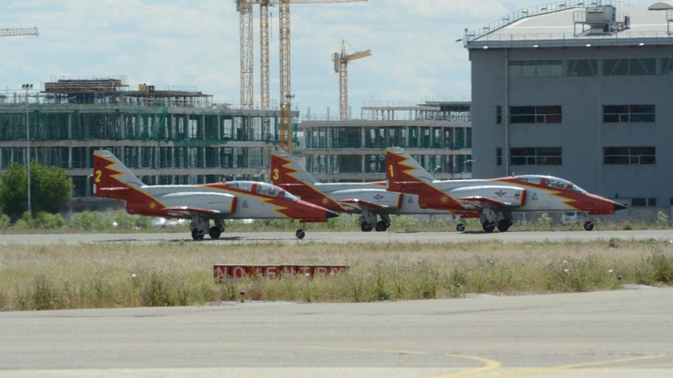 Águila despega en dos grupos de 3 y 4 aviones, y es la única patrulla en la que todos sus componentes aterrizan en formación.