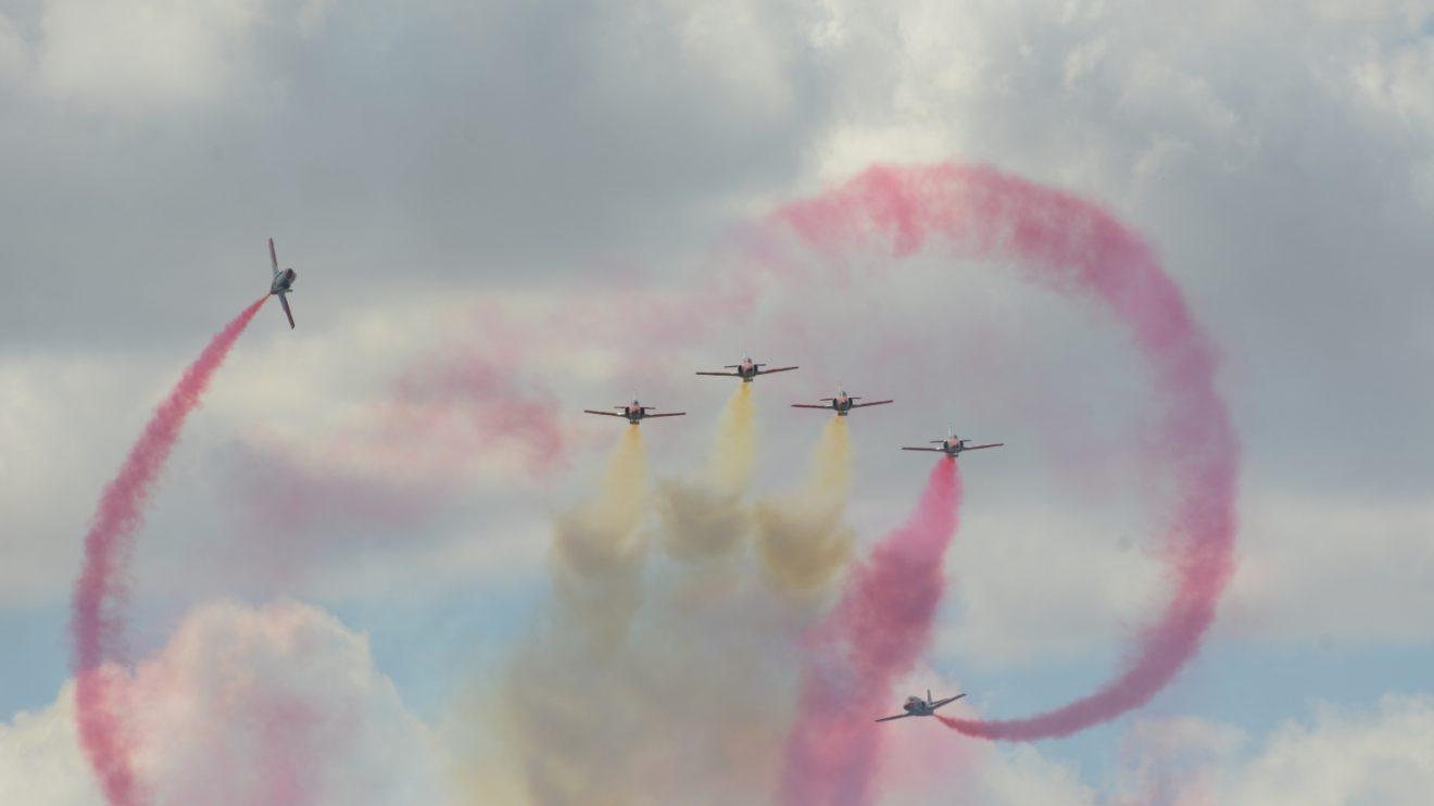 Formación con dos Águila haciendo toneles volados alrededor de otros cuatro.