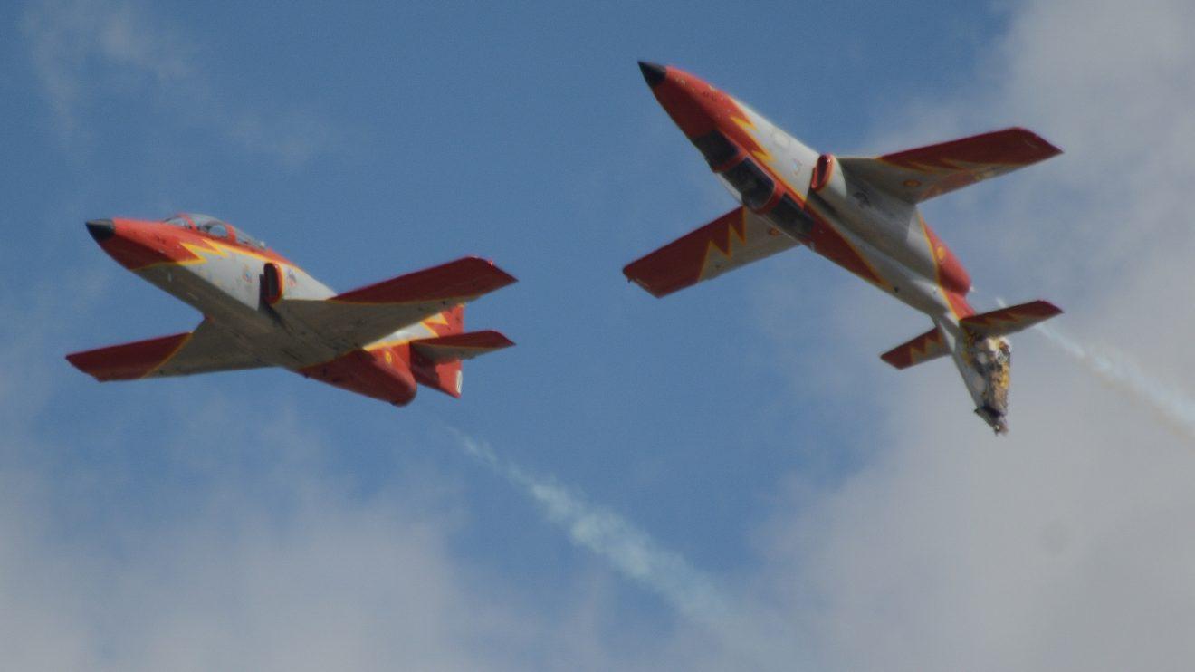 Los pilotos de la Patrulla Águila son profesores de la Academia General del Aire que entrenan fuera de horas lectivas para las exhibiciones.