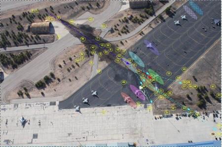 Gráfico del impacto del F-16, la dispersión de los restos del mismo y los aviones destruidos o dañados en tierra.
