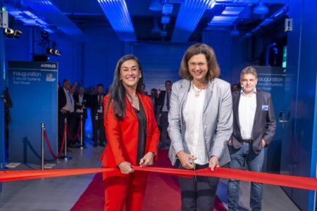 Grazia Vittadini e Ilse Aigner coratndo la cinta de inauguración del nuevo centro.
