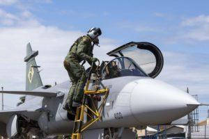 Marcus Wandt subiendo al primer Gripen brasileño para el vuelo a Gaviao Peixoto.