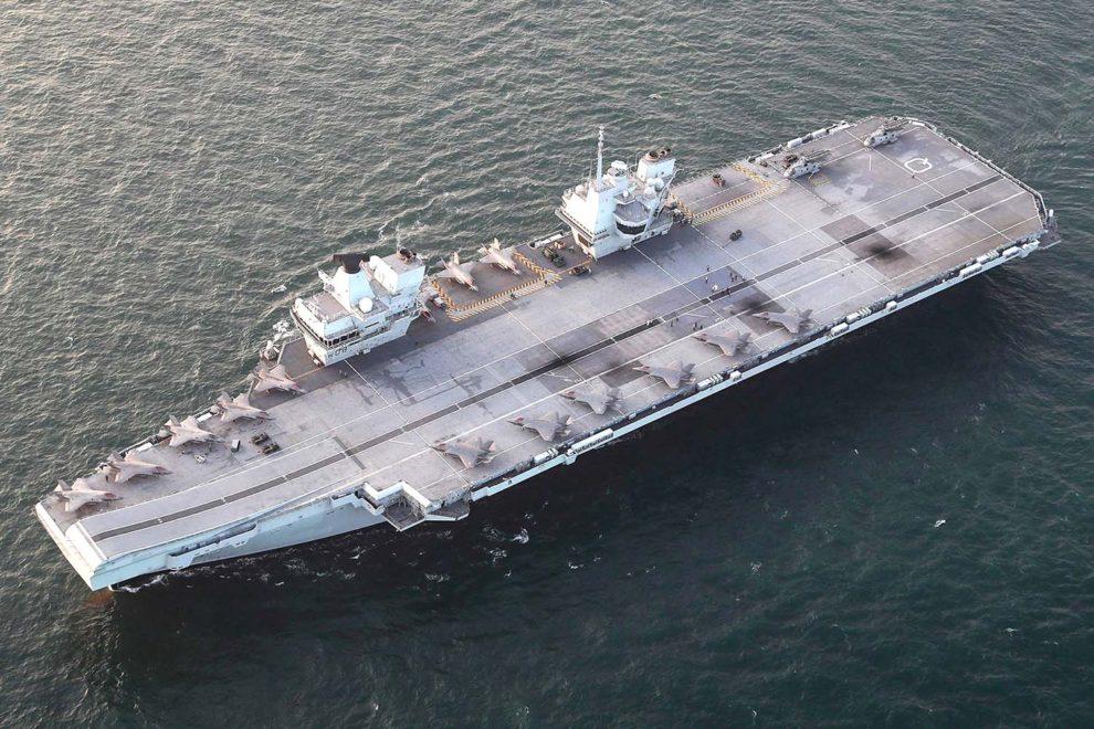 El portaviones británico HMS Queen Elizabeth con 14 F-35B y dos Merlin Mk2 a bordo.