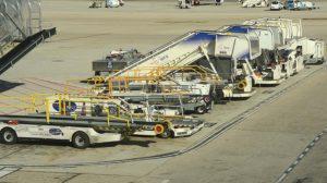 Equipos de handling en el aeropuerto de Madrid barajas.