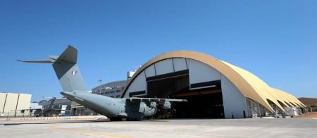 El nuevo hangar que Airus Defense and Space ha añadido a sus instalaciones en el aeropuerto de Sevilla se encuentra situado entre estas y los hangares de la Maestranza.
