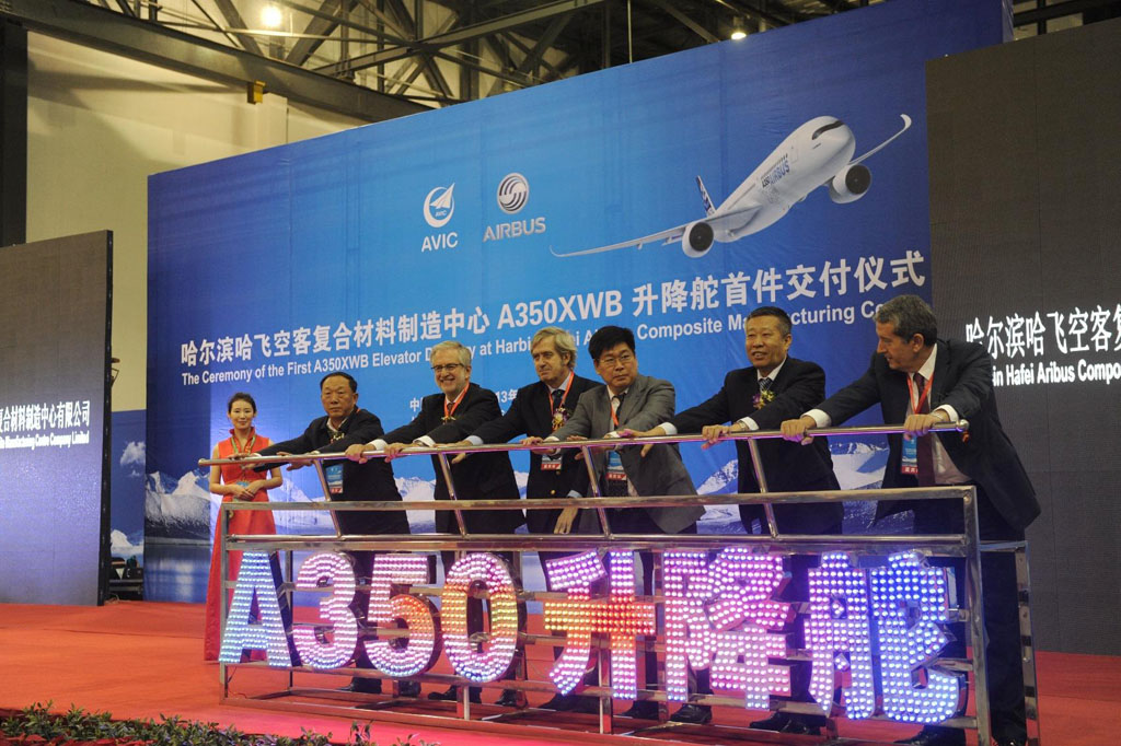 Ceremonia de entrega de los primeros elevadores de A350 hechos en China.
