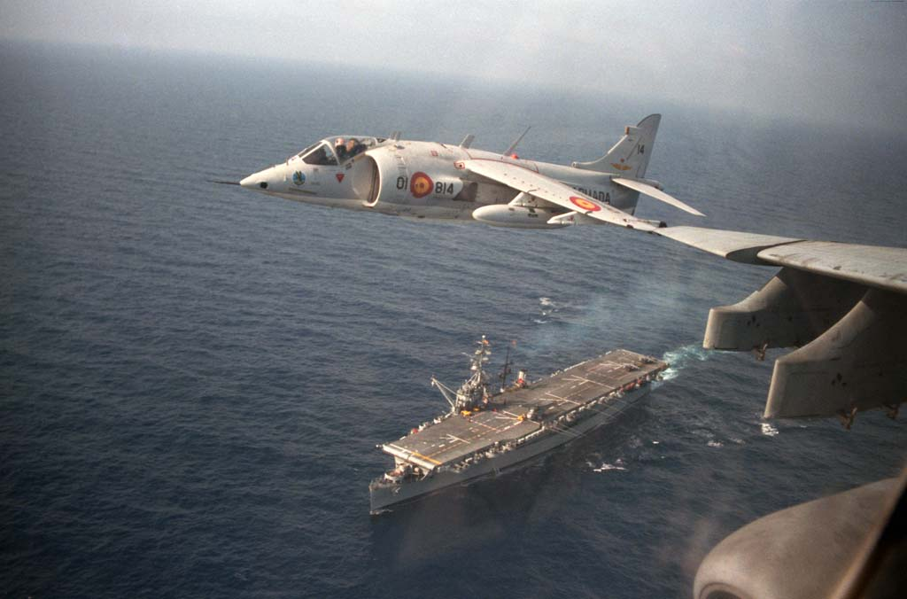 Uno de los AV-8A de la Octava Escuadrilla sobrevuela el Dédalo.