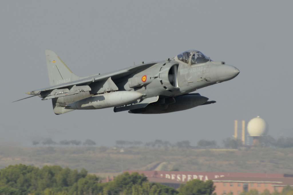 Ser piloto de Harrier en la Armada es un destino más. Para ascender hay que acumular días de navegación en los buques, lo que hace que los pilotos deban abandonar la unidad para pasar destinados a los buques.