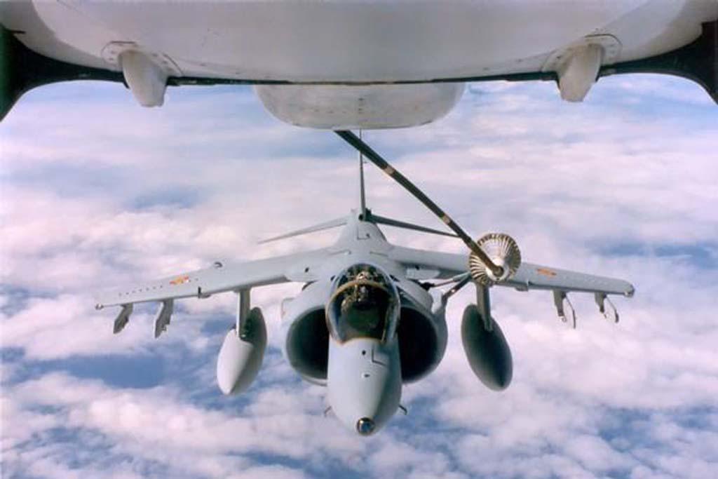 La sonda en el lateral permite a los Harrier recibir combustible en vuelo