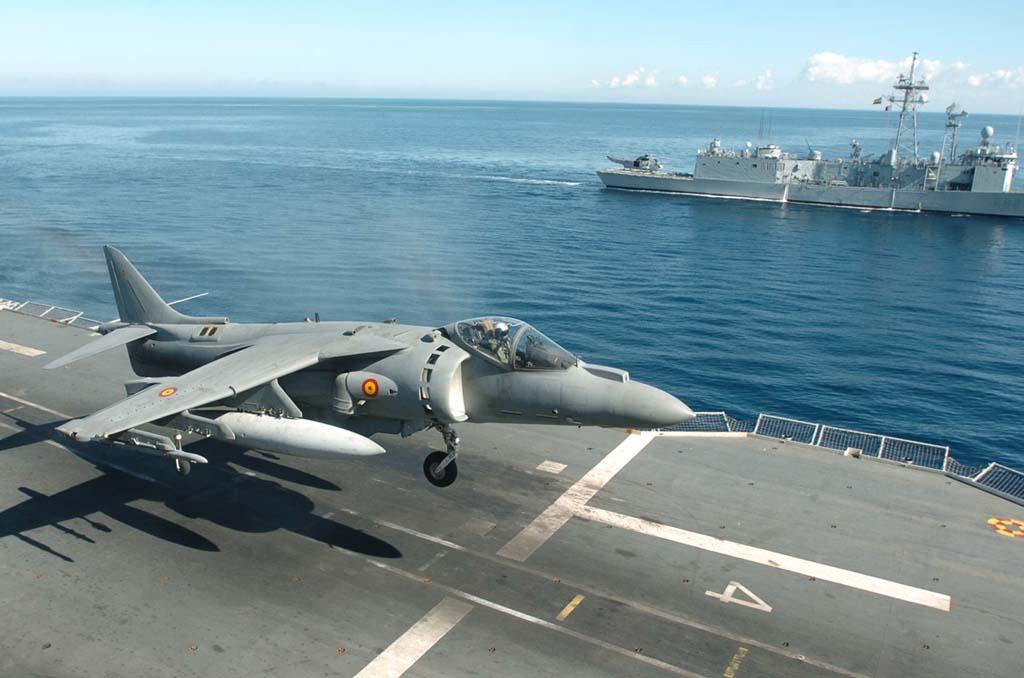 El procedimiento de aterrizaje en vertical consiste en colocarse en paralelo a la amura del buque a la altura del punto de toma, e ir descendiendo en diagonal hacia el mismo.