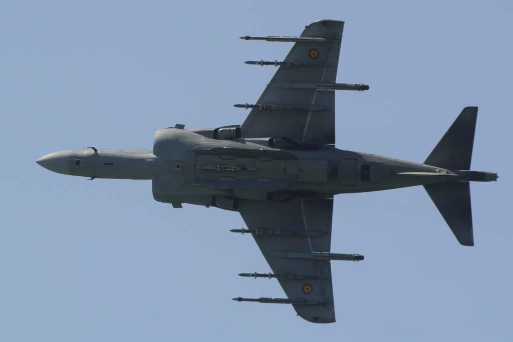 El AV-8B Plus cuenta con tres puntos de anclaje bajo cada ala y uno en el fuselaje para distintas combinaciones de armas.