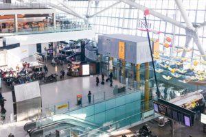 La zona comercial y de restaurantes en el preembarque de la T5 del aeropuerto de Londres Heathrow en tiempos más felices antes del COVID-19.