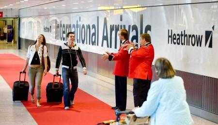 Recepción de pasajeros en el aeropuerto de Londres Heathrow.