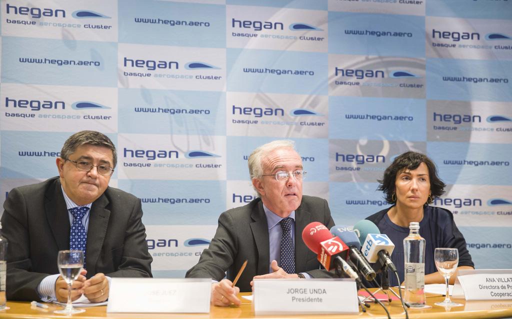 . Sentados de izquierda a Derecha José Juez Lángara, director del Cluster HEGAN; Jorge Unda, Presidente de HEGAN y Director General de SENER, y Ana Villate, Directora de Proyectos en Cooperación