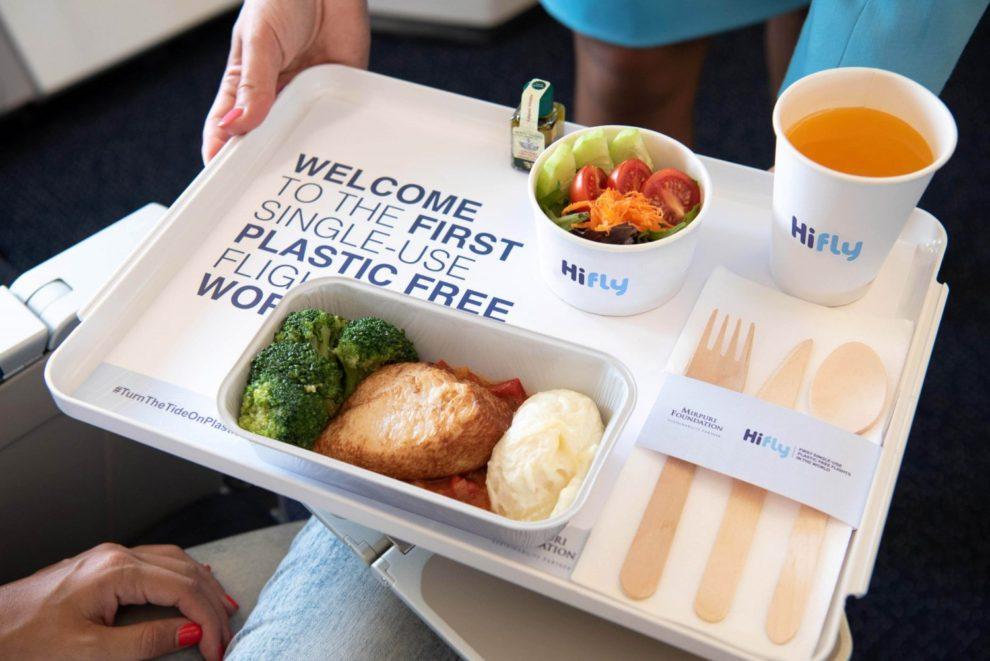 Bandeja de comida de clase turista en Hi Fly sin plásticos de un solo uso.