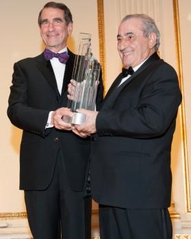 Alan D. Solomont, presidente de la Cámara de Comercio España-Estados Unidos entrega el premio a Juan José Hidalgo.