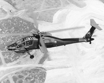 Prototipo del Hughes YAH-64 durante un vuelo de preba.