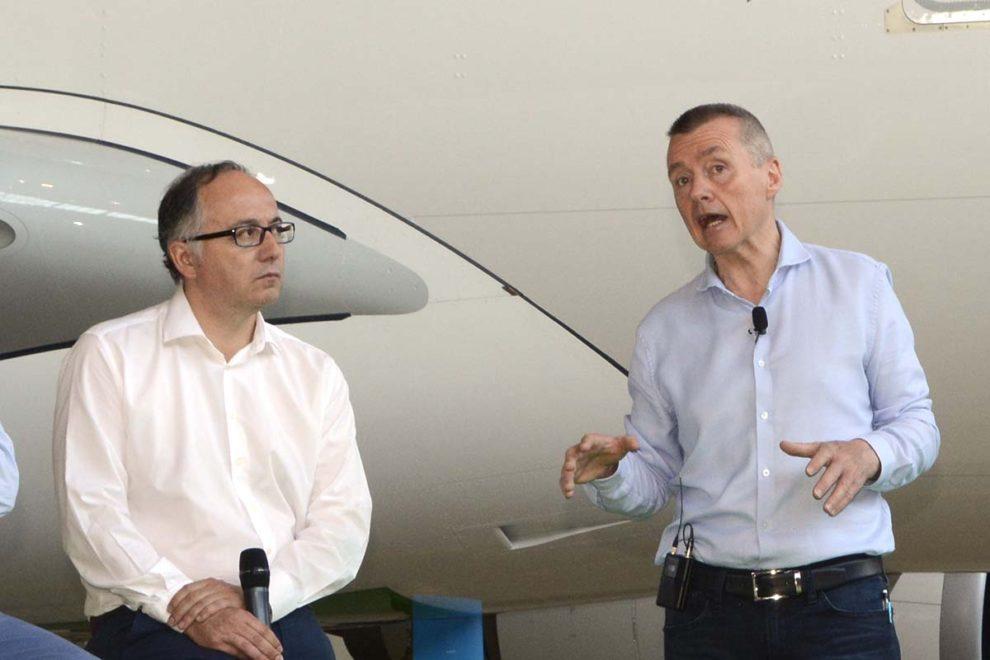 Luis Gallego (izquerda) y Willie Walsh durante la resentación del primer avión de level en 2017.