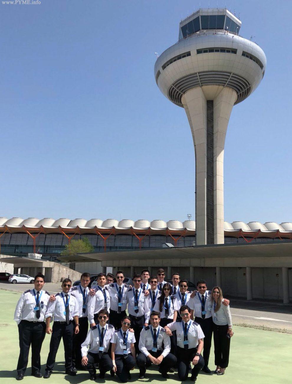 Los alumnos de Adventia frente a la torre de control de Barajas poco antes de subir a ella.