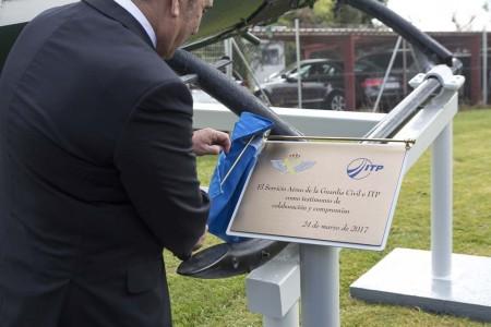 Detalle de la placa de dedicación del monumento al Bo-105.