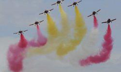 Tras la formación con el A330, la Patrulla Águila hizo una breve demostración.