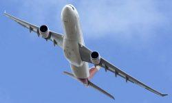 El Airbus A330 de Iberia sobrevoló la fiesta del 90 aniversario camino de su encuentro con Águila para el vuelo en formación.