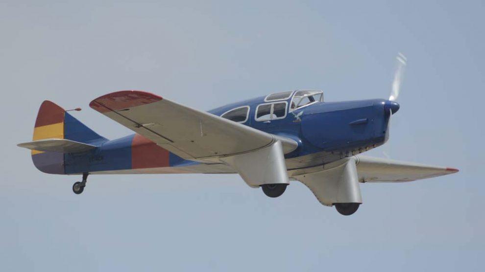 Este avión Miles Falcon Six participó en la Guerra Civil española. Tras varios propietarios fue redescubierto en un garage en Zaragoza y comprado por la FIO para restaurarlo.