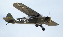 Este Piper J-3 fue restaurado hace unos pocos años con una mayor superficie acristalada y los colores de su época en la Fuerza Aérea del Ejército de los Estados Unidos (USAAF).