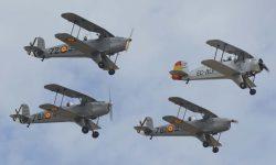 Formación Buker de la FIO: Tres Bu-131 Jungmann precedidas por un Bu-133 Jungmeister.
