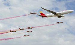El plato fuerte para los invitados a la fiesta de los 90 años de Iberia fueron las pasadas en formación de la Patrulla Águila con el Airbus A330 de Iberia.
