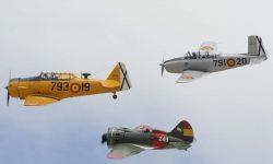Dos entrenadores y un caza sobre el cielo de Cuatro Vientos.