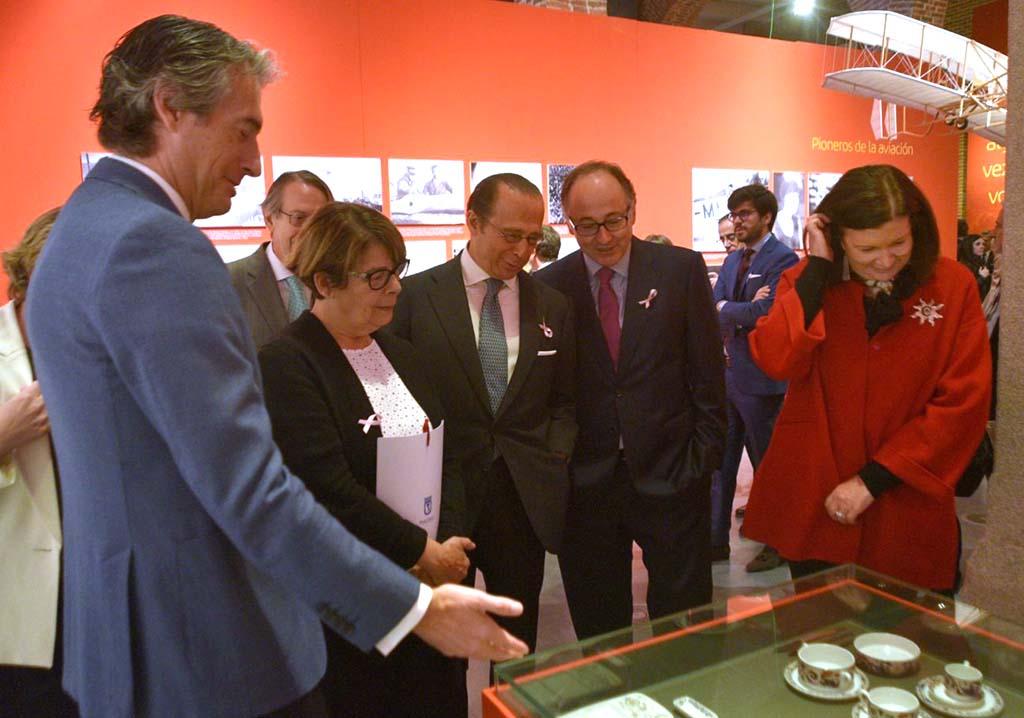 El ministro de fomento acompañado por (de izquierda a derecha) Inés Sabanés, Antonio Vázquez, Luis Gallego y Carmen Librero inauguró la exposición de los 90 años de Iberia.