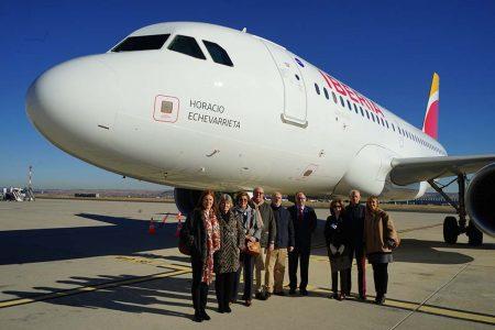 Luis Gallego, presidente de Iberia junto a los nietos y biznietas de Horacio Echevarrieta junto al A319 que se ha bautizado en su honor.