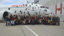 Más de 100 empleadas de Iberia celebrando el bautismo del nuevo A320neo, Amelia Earhart.