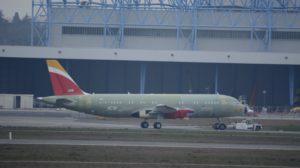 El primer Airbus A320neo de Iberia remolcado en la factoría de Airbus en Toulouse poco después de haber abandonado la cadena de montaje.