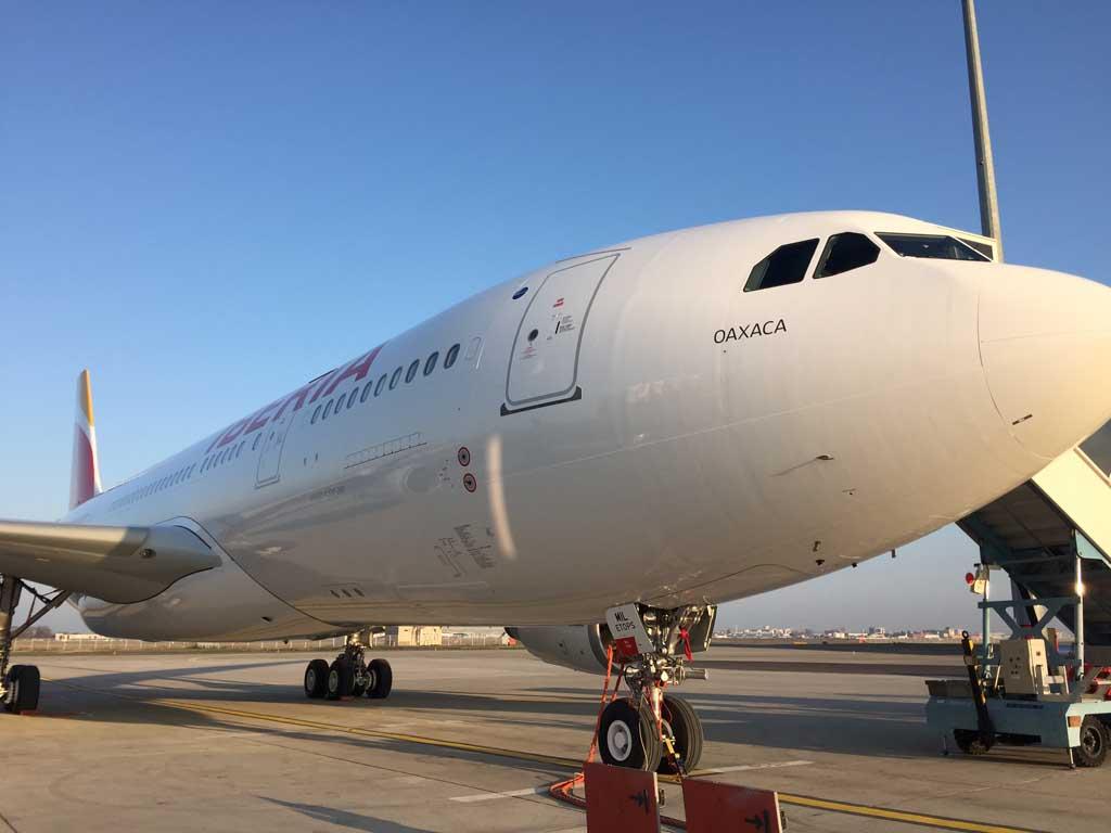 El A330-200 EC-MIL estacionado en la zona industrial de La Muñoza tras su llegada a Madrid a la espera de su preparación previa a la entrada en servicio.