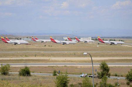 Aviones Airbus A330 de Iberia aparcados en las calles de rodaje de acceso a la T4 en Barajas.