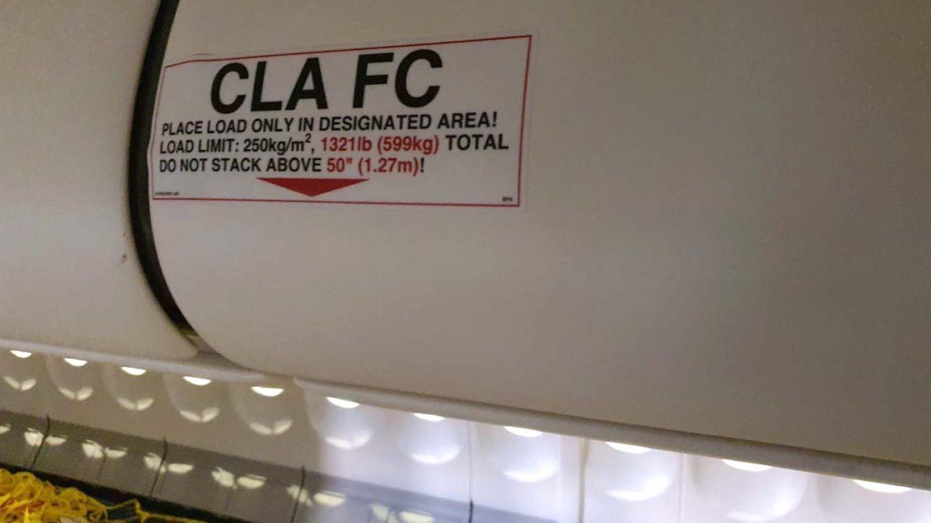 Detalle de uno de los armarios de techo con la indicación de la limirtación de peso.q