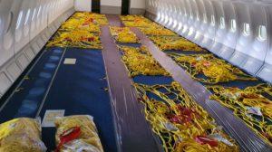 Interior de un A330 de Iberia listo para recibir carga en la cubierta de pasaje.