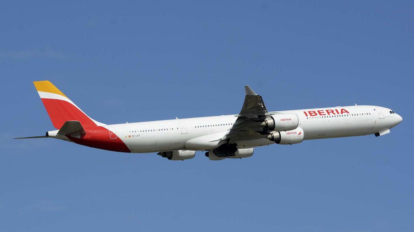 El EC-JLE, el último A340 operativo de Iberia despegando de Barajas con la actual librea de la aerolínea.