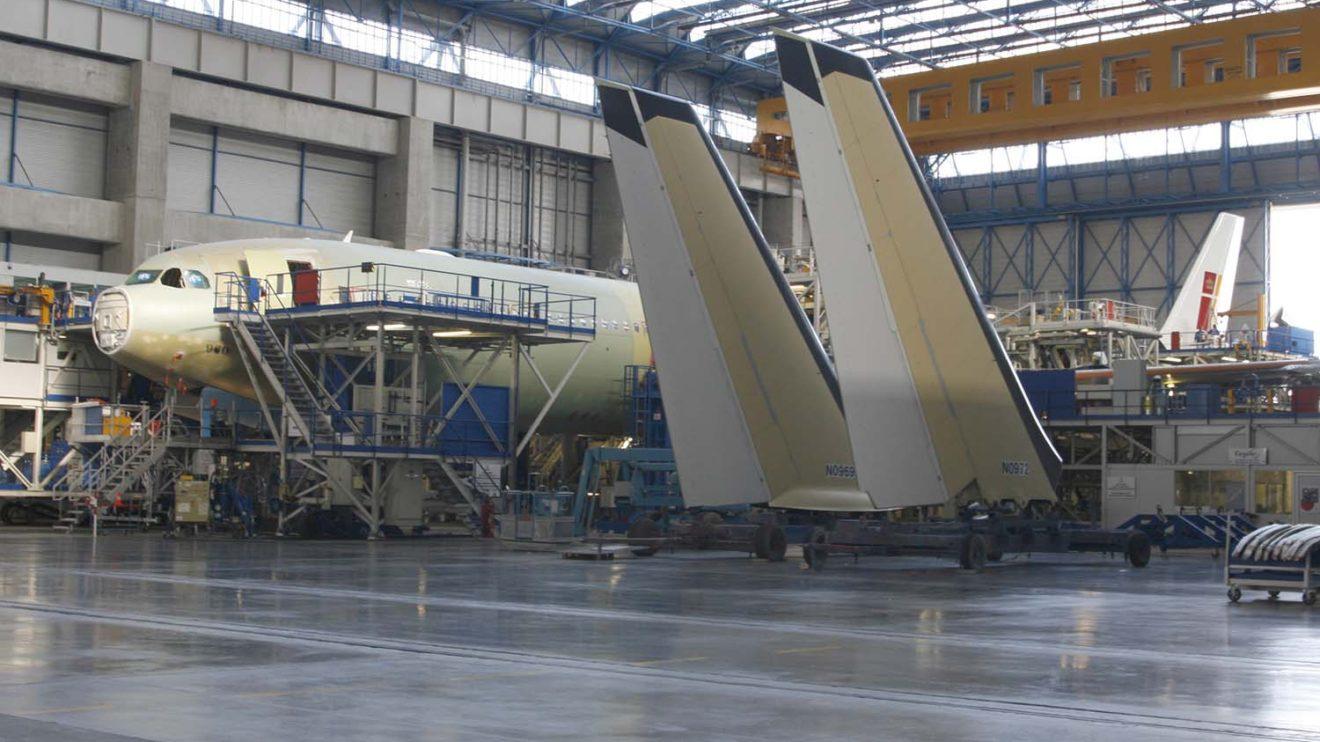 El A340-600 EC-LEU en el hangar de montaje de Airbus en Toulouse en agosto de 2008.