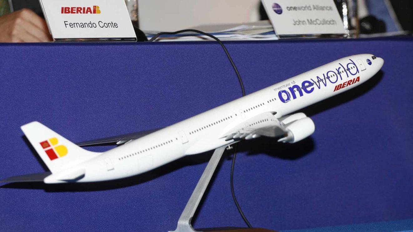 El único A340 de Iberia que lució la decoración de Oneworld fue esta maqueta usada el día de la adhesión de Iberia a dicha alianza.