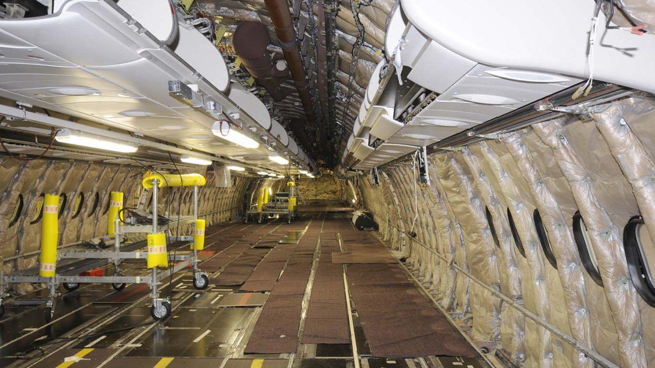 Interior de un A340-600 durante las tareas de mantenimiento.