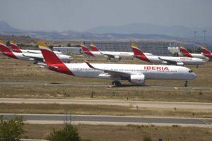 Un A350 de Iberia rueda para despegar junto a numerosos A330 aparcados por la crisis del COVID-19.