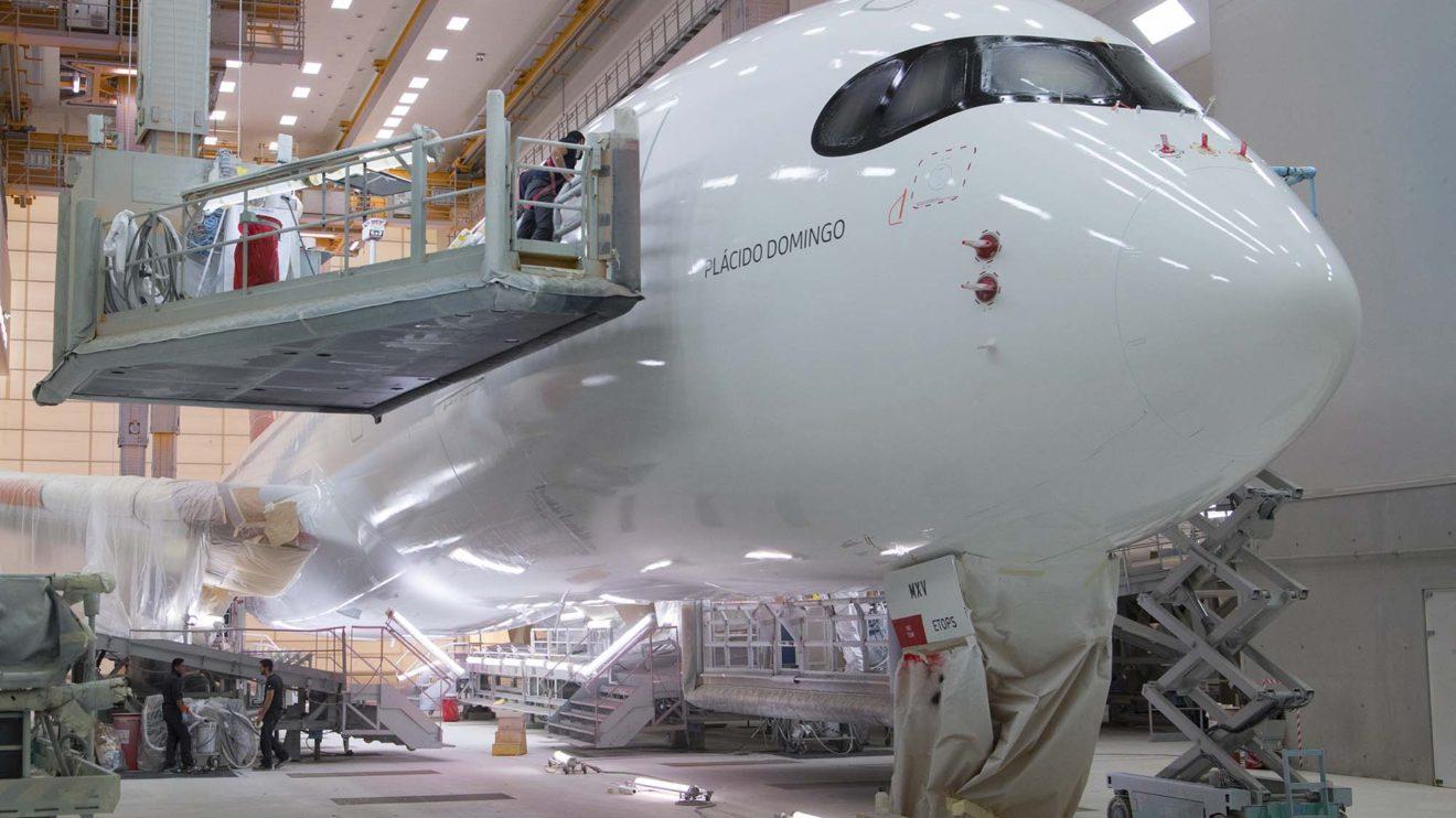 Última inspección del fuselaje en busca de cualquier defecto en la pintura.
