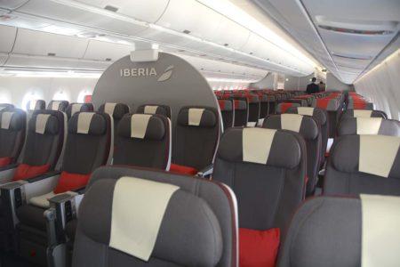 Asientos de turista premium (en primer plano) y turista en los A350 de Iberia.
